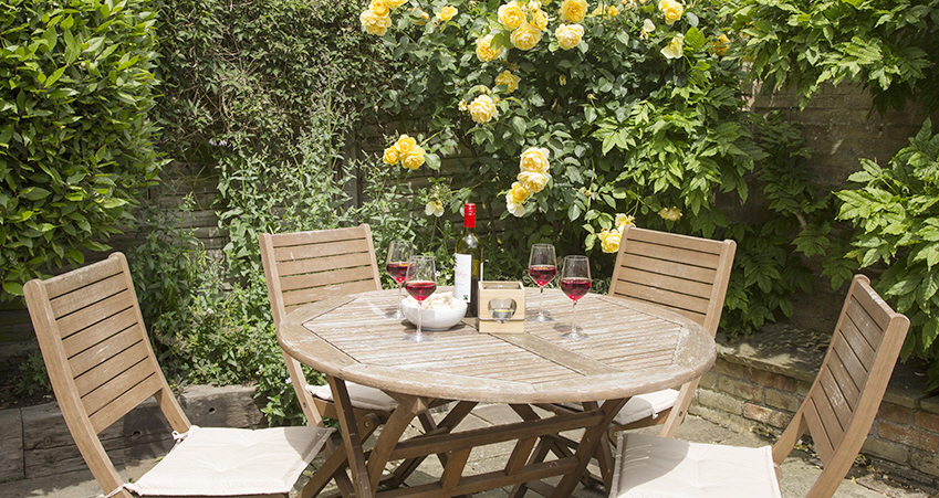 summer dining outside at Dreadnought holiday cottage